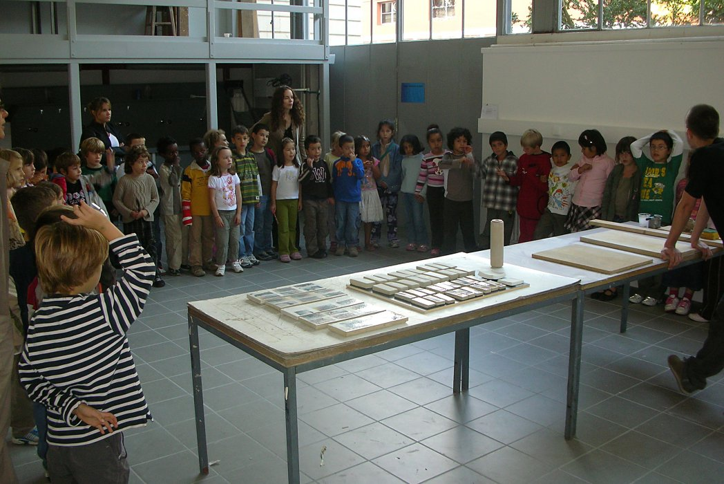 Visit pupils at the ceramic studio of HEAD-Geneva: Process demonstration Johan Pardo, assistent © Magdalena Gerber